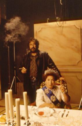 """Con la """"Reina de Inglaterra"""" lookalike en un rodaje de los 90."""