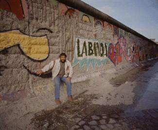 Era el mes de mayo de 1990, apenas seis meses después de la caída del muro.  De hecho, el muro no había caído del todo, pues todavía se podían encontrar